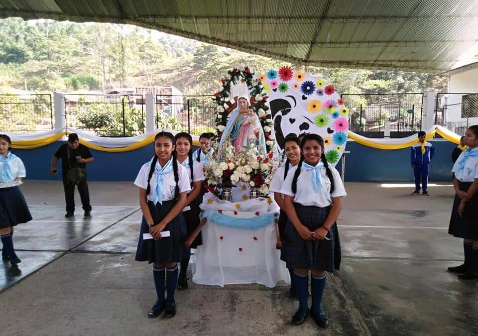 Perú, con flores a María