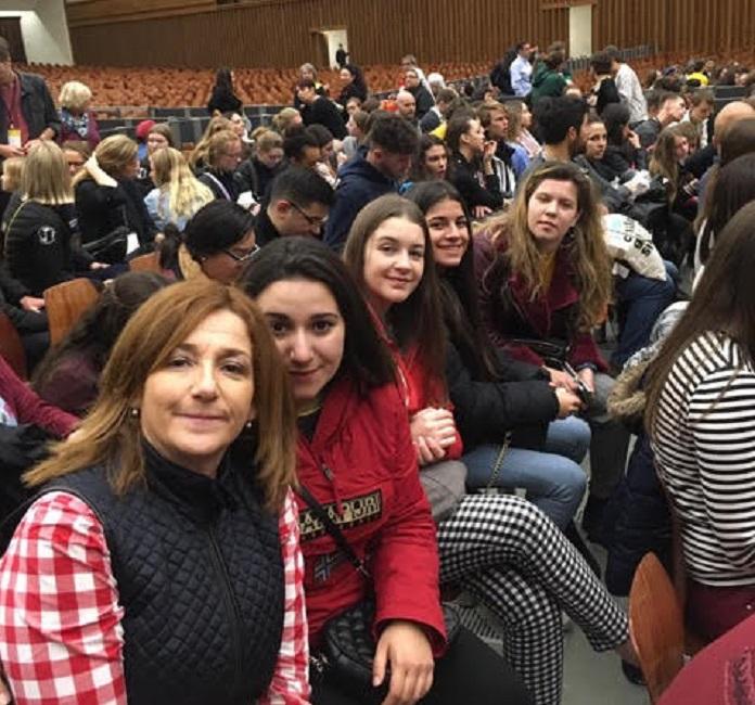 El Papa Francisco admira la solidaridad de un grupo de alumnas leonesas